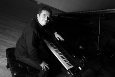"Imperdible: El pianista Alex Mercado estrena ""Refraction"""